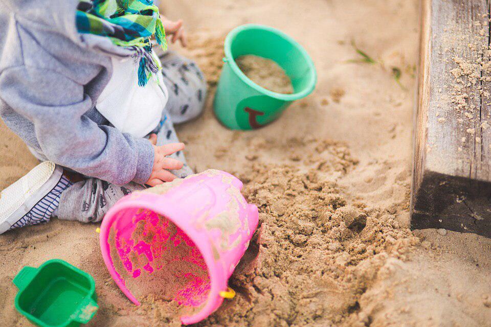 Свежий песок завезли в песочницу на Лермонтовском проспекте