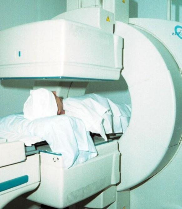 Открытая МРТ позволяет пациентам встать, в отличие от традиционной закрытой МРТ, при которой пациенты лежат неподвижно во время теста.