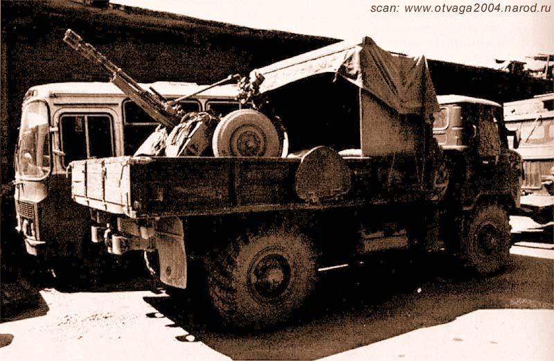 Редкий случай размещения ЗПУ-2 в кузове ГАЗ-66. Расчет для своей защиты использовал бронежилеты на патронных коробах ЗПУ и люки от БТР на бортах кузова, водителя традиционно закрывает бронежилет на дверце кабины. Чечня, май 2002 года