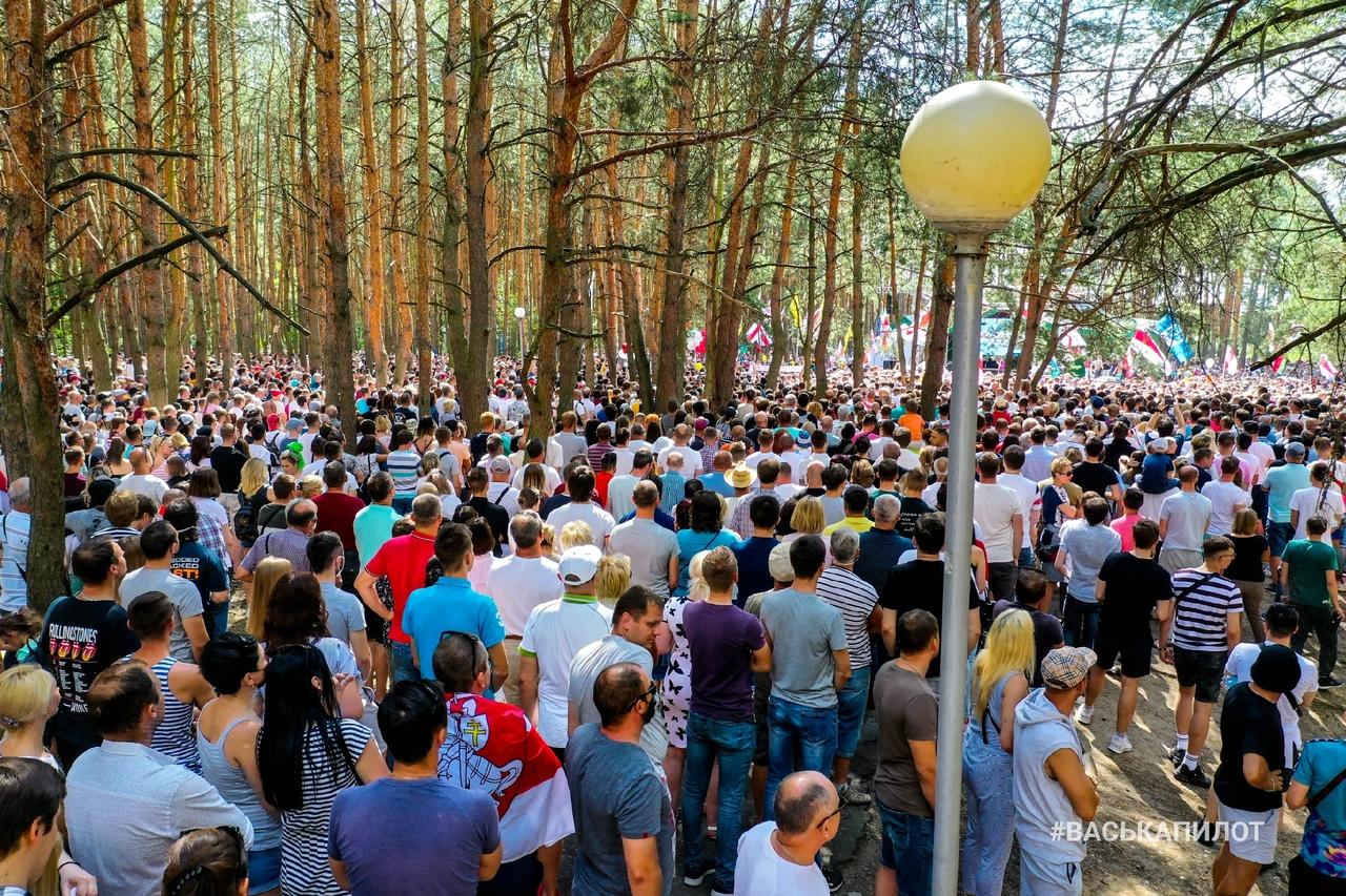 Смотрите на события в парке, куда приехала Тихановская, с высоты птичьего полёта