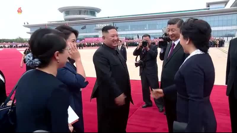 우리 나라를 국가방문하는 중국공산당 중앙위원회 총서기, 중화인민공화국 주석 평양에 도착br경애하는 최고령도자 김정은동지께서 습근평동지를 평양국제비행장에서 영접하시였다