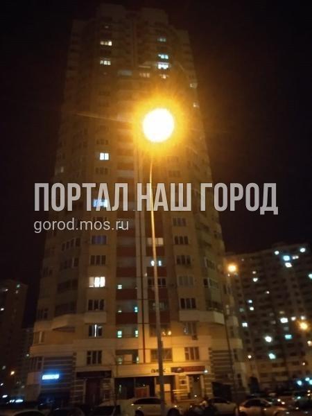 Коммунальные службы восстановили освещение во дворе на Льва Яшина