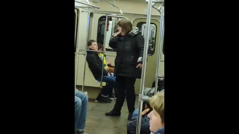 Девушка заблевала вагон метро. Москва, 6.04.2019