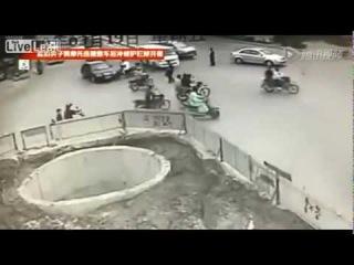 Китаец на скутере упал в огромную яму после четырех ДТП