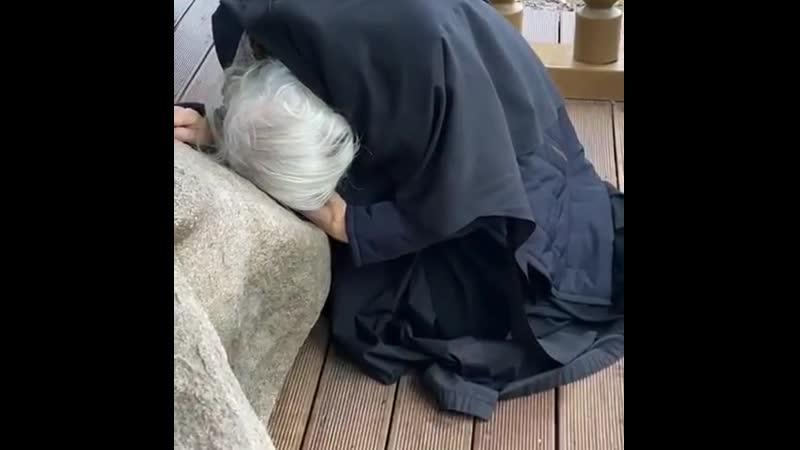 Батюшка у камня на котором молился Серафимушка