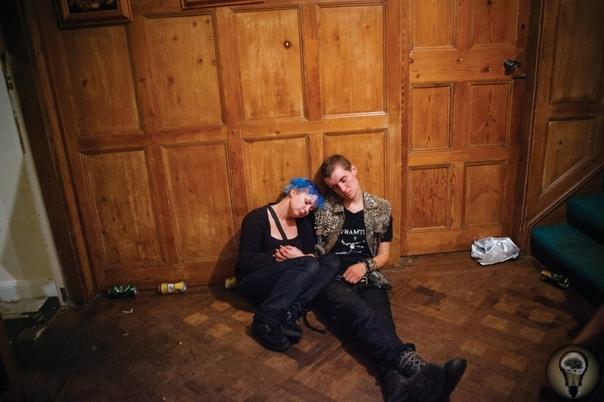 Панки-стан: как сквоттеры обживают заброшенные здания на севере Англии. Ч.-1 Фотограф Рики Адам из Северной Ирландии больше 20 лет снимает британских панков, гомосексуалистов, скейтеров и