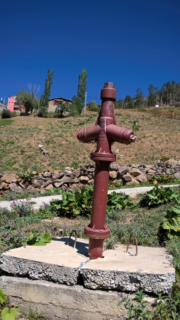 пожарный гидрант в Турции похож на древний грузинский крест