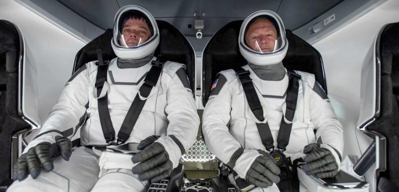 Астронавты внутри настоящего космического корабля. (SpaceX)