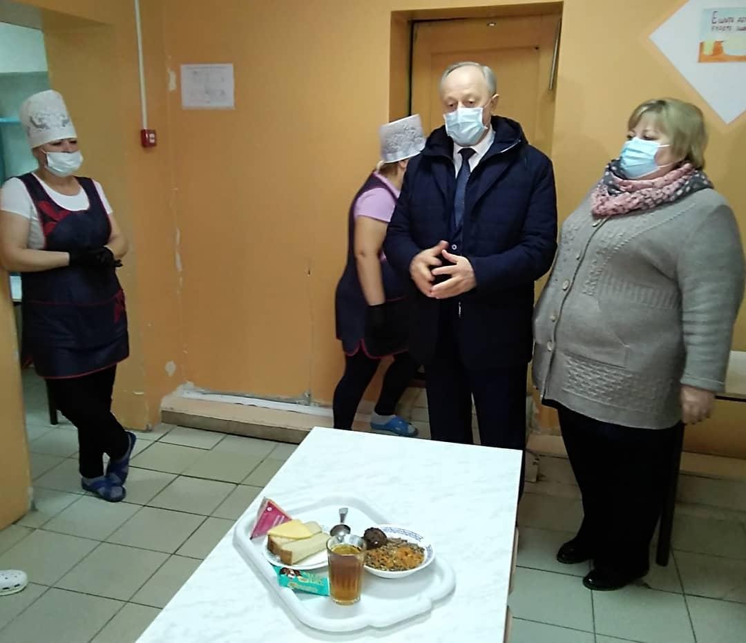 Губернатор области проинспектировал организацию горячего питания учеников школы №8 Петровска