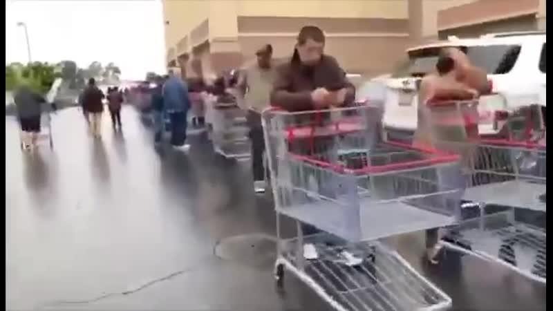 США километровая очередь в супермаркет стабильность