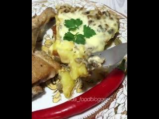Запеченная курица и картошка под сливочно-грибным соусом