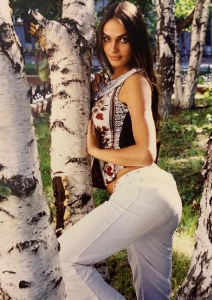 Я лежала и думала только не убей меня Алёна Водонаева призналась, что в 14 лет её изнасиловали Популярная 38-летняя журналистка и блогерша Алёна Водонаева записала интервью, где поделилась