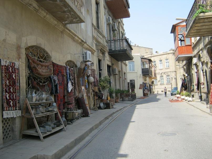 Торговля антиквариатом на улицах старой части Баку