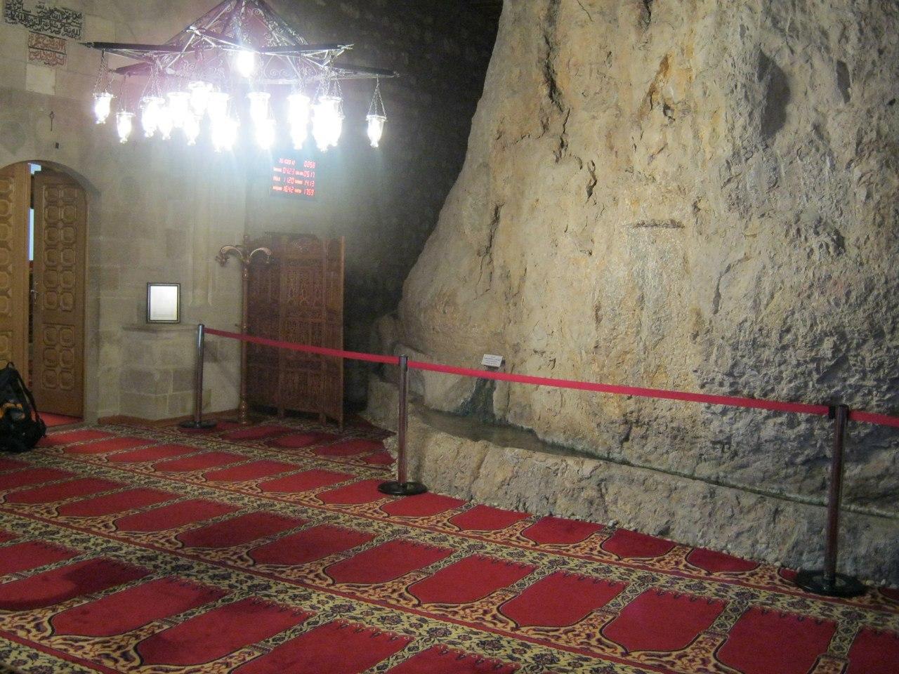Источник воды на входе в гробницу Сумунджу Баба