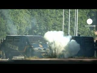 Испания: шахтеры-забастовщики обстреливают полицейских