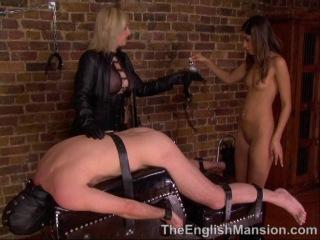 Опытная Госпожа учит молодую девушку трахать мужчин домашнее страпон секс порно видео