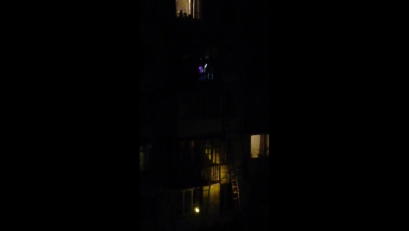 Пожарные спасли зацепившуюся за балкон женщину сброшенную мужем после ссоры с 5 этажа