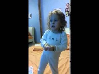 Девочка поет песню 'Ах удивительная'