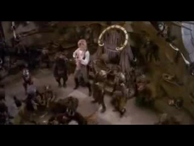 дэвид боуи кидает детей под песню из майти буш