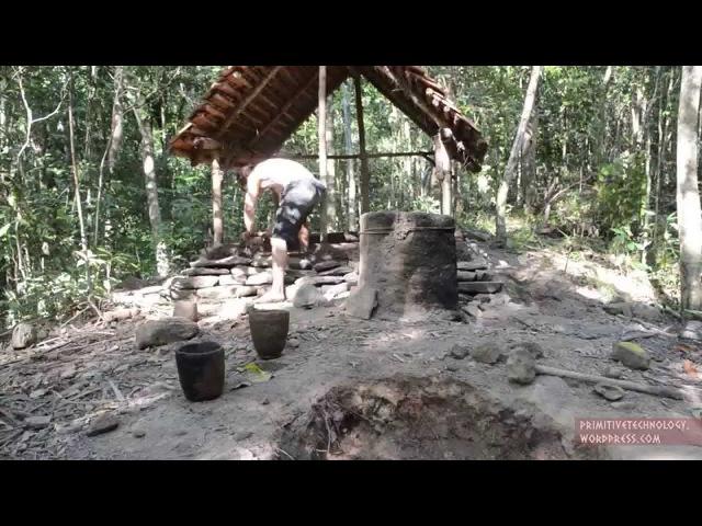 Парень строит в лесу хижины из природных материалов видео Youtube