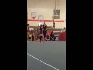 Это чудо! Девочка с протезированной ногой на гимнастическом помосте