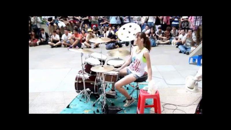 Потрясно Девушка играет на барабанах Супер Марио на барабанах