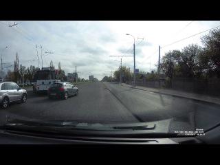 "Троллейбус ""зацепил"" легковушку при развороте на Московской"