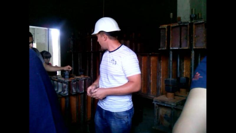 Студенти другого курсу на навчальній практиці. Екскурсію на будівельному обєкті проводить головний інженер будівництва - випускн
