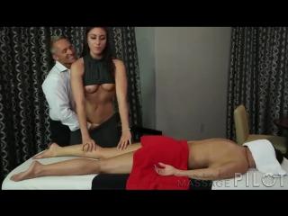 Пока жена получает массаж муж пристроился к массажистке и кончил на письку