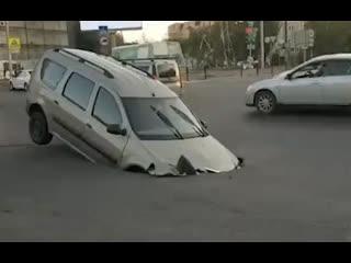 В Астрахани авто местного жителя угодило в яму на дороге