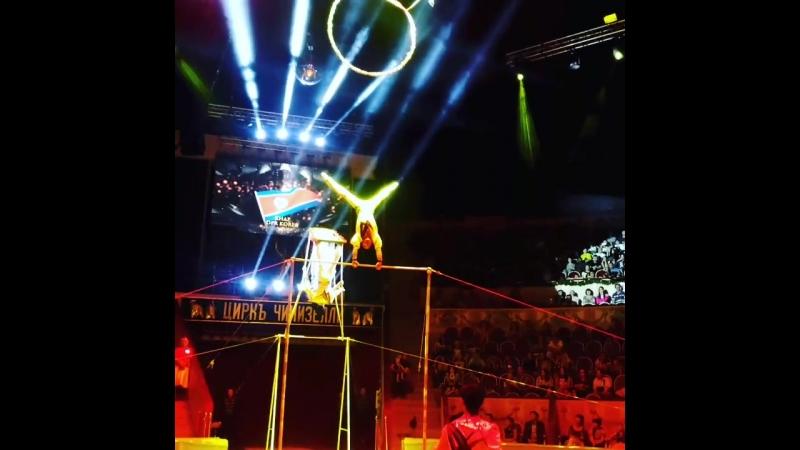 Северокорейские акробаты на качелях с турником на гала шоу Первого Международного Фестиваля Циркового Искусства На Фонтанке