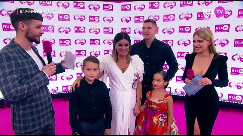 Ксения Бородина и Курбан Омаров с детьми на красной ковровой дорожке премии RuTV 2018