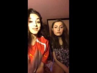 Две молоденькие сучки в Перископ показывают сиськи