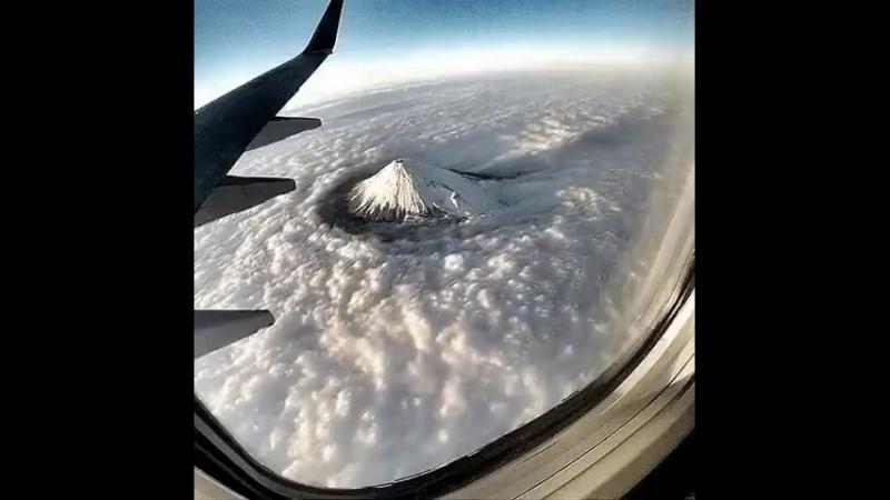 Пролетая над Фудзи  Фудзияма является символом Японии. Самая высокая гора в стране символизирует воплощение связи древних традиц