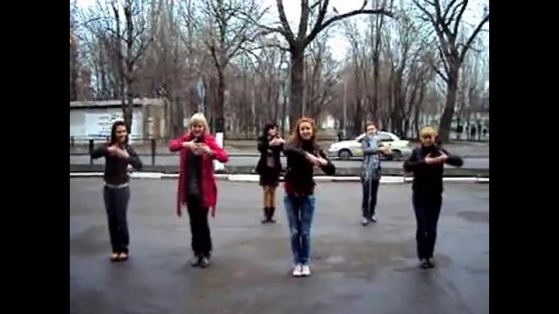 Просто уписятся можно) Среди белого дня девушки начали Танцевать на улице))
