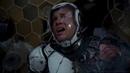 Райли Беккет в одиночку выводит повреждённого егеря Бродягу на сушу Тихоокеанский рубеж