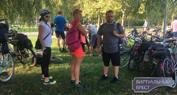 """Польские туристы на велосипедах приехали в Брест и гостят у нас по """"безвизу"""""""