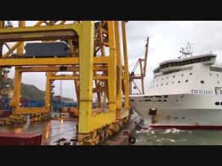 В порту Барселоны из-за шторма 200-метровый пассажирский паром врезался в кран (Испания, 31 октября 2018).