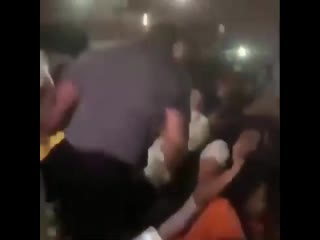 Охранник вырубил фанатку DaBaby Новая Школа