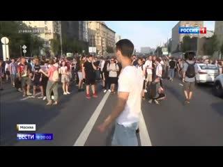 На акцию протеста некоторые пришли с ножами и молотками