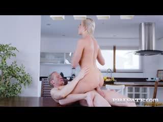 Отчаянная домохозяйка трахается в попу с любовником на кухне