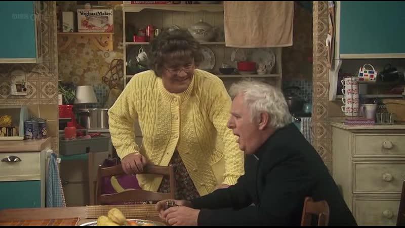 Отец Куин теряет веру Отрывок из сериала: Семейка миссис Браун .