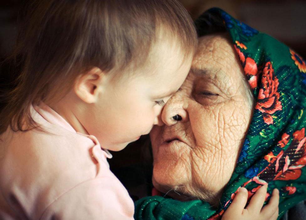 Обращение к пожилому человеку за советом по воспитанию детей - это один из способов заставить его чувствовать себя нужным.
