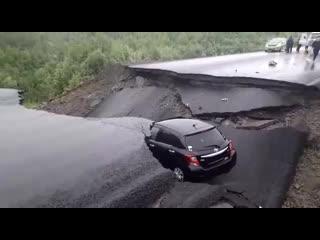 Гигантский провал асфальта заблокировал проезд по трассе Чита -Хабаровск