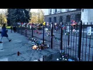 радикалы в Одессе сожгли цветы на Куликовом поле