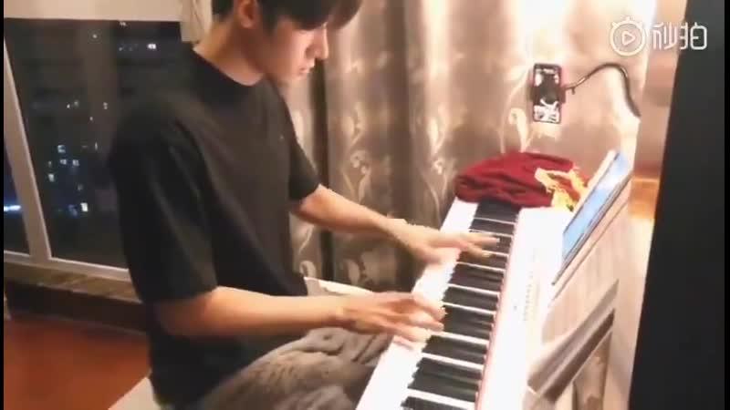 Лю Хайкуань играет на синтезаторе