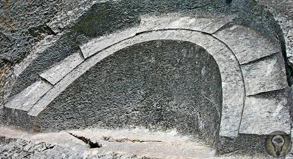 Загадочный «Лунный камень» в Перу Недалеко от перуанского города Куско есть археологический парк, в котором немало древних артефактов, ставших достопримечательностями страны и привлекающих