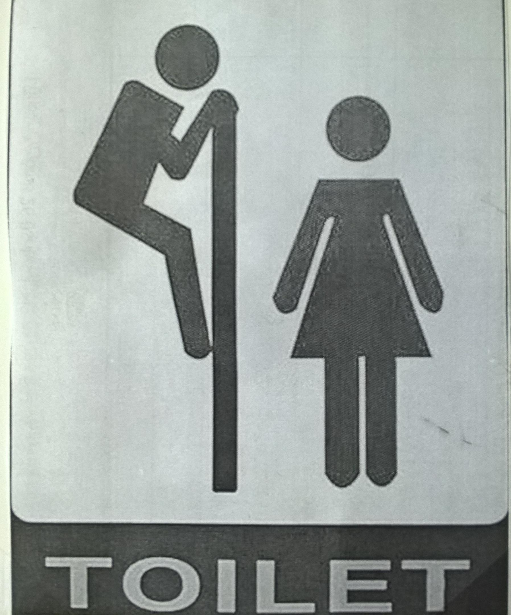 мальчик подглядывает за девочкой в туалете в музее