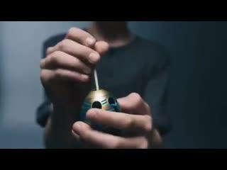 Занимательная головоломка smart egg имеет яркий дизайн.  для прохождения нужно вставить палочку с круглыми концами в нижнюю или