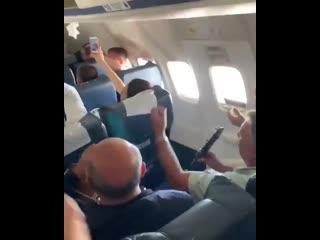 Армяне раскачали самолет: Ардёк овкер эн спели на высоте